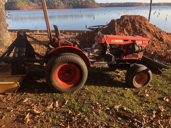 Photo Used B7100 Kubota Tractor 4 wheel drive - $6200 (Hemphill)