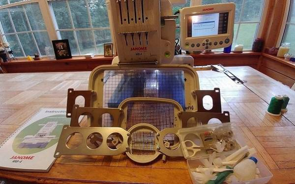 Photo Electronic Home Embroidery Machine Janome - $1050