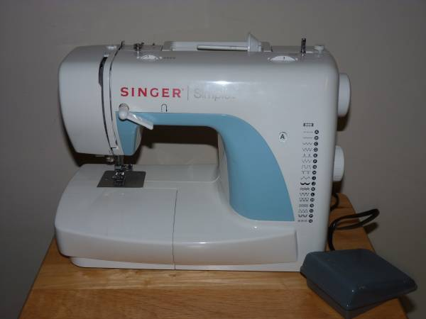 Photo Singer sewing machine - $30 (Hoover)