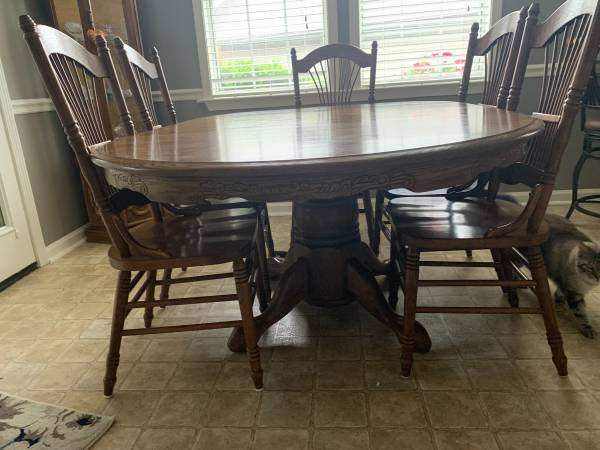 Photo Solid Oak Dining Table and 6 Chairs - $600 (Alabaster)
