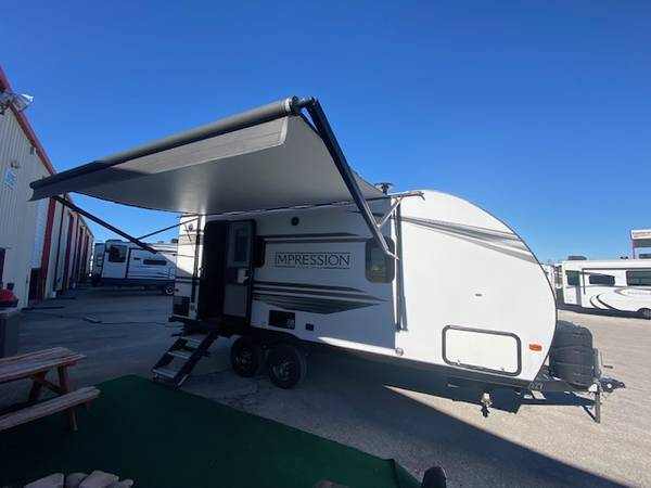 Photo USED 2019 TRAVEL TRAILER. LITE ONLY 4100 LBS. SHORT 2339 LONG. CLEAN - $19,500 (KYLE)