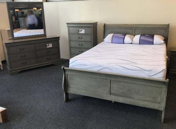 Photo Queen size Bedroom Set - Sleigh Bed  Dressers - $700 (BLACKSBURG)