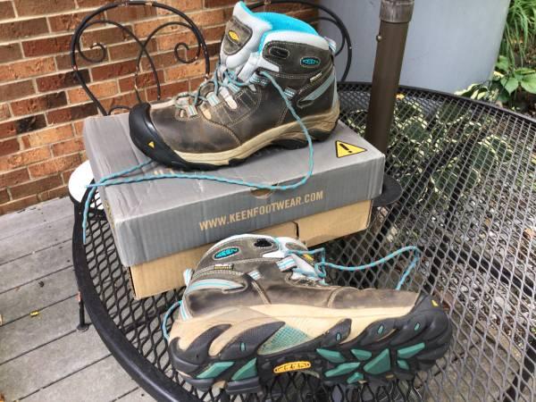 Photo Womens Keen 8.5 boots - $25 (Lynchburg)