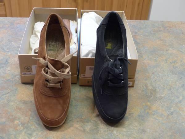 Photo Womens size 8.5 Medium Natural Bridge Shoes - $20 (Christiansburg)