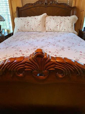 Photo Queen Sleigh Bed - $1,150 (Linville-LandHarbor)