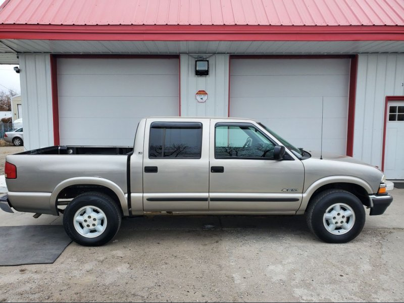 Photo Used 2002 Chevrolet S10 Pickup 4x4 Crew Cab LS for sale
