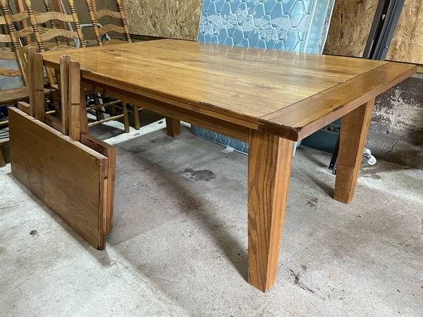 Photo Oak dining table with 6 oak chairs - $225 (Ideal Corners)