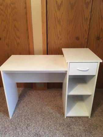 Photo White desk - $25 (Breezy Point)