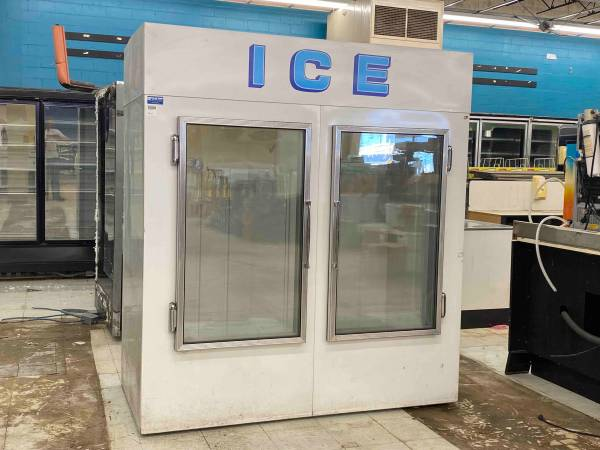 Photo Ice making and bagging for convenience store, retail (Marion)