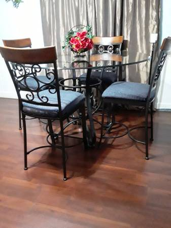 Photo Large Round Table  4 Chairs....... - $275 (Lozano)