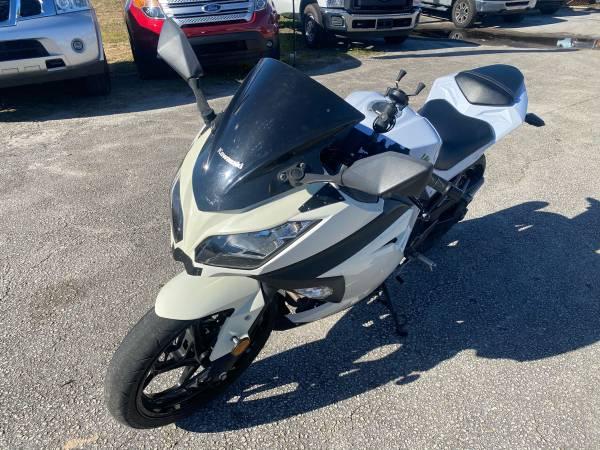 Photo 2015 Kawasaki Ninja 300 SE Motorcycle 1 Owner - $4,299