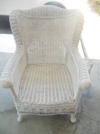 Photo Antique white wicker chair - $40 (St. Simons Island)