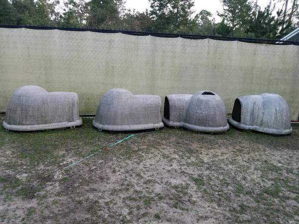 Photo Igloo Dog Houses - $50 (Brunswick)