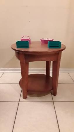 Photo PRICE LOWERED Round table - REAL WOOD - $15 ($15 Or off to goodwill I go)