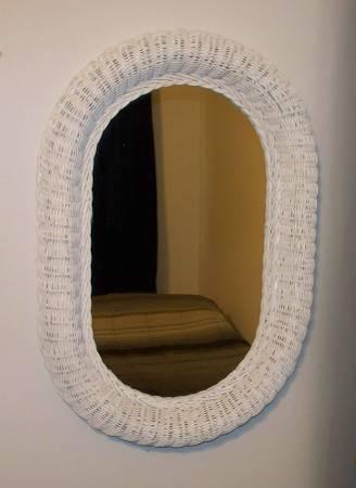Photo 28quot x 18quot Oval White Wicker Mirror - $25 (Cheektowaga)