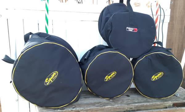 Photo DRUM CASES 3 FENDER SQUIRE  1 GATOR BAGS PROTECTOR - $80 (blasdell)