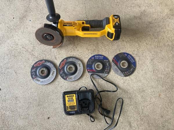 Photo Dewalt Cordless Grinder with CuttingGrinder Wheels - NO BATTERY - $90 (MarillaEast Aurora)