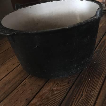 Photo Large cast iron pot with handle - $40 (Lancaster)