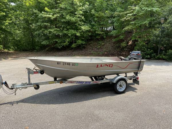 Photo Lund 12 ft aluminum boat and 8 hp Yamaha motor - $3,100 (Hamburg)