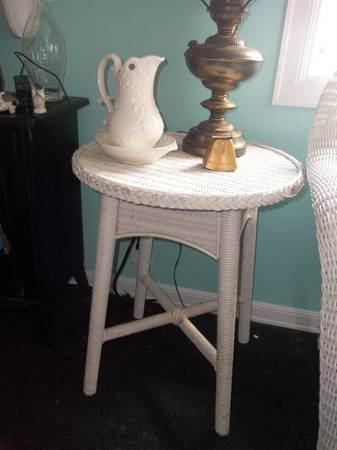 Photo Natural White Wicker Round Side Table Vintage Patio Porch Furniture - $50 (North Java)