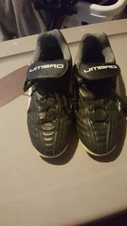 Photo Umbro indoor soccer shoes-size 4 - $20 (Tonawanda)