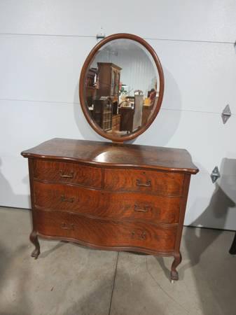 Photo Vintage Serpentine Oak Dresser w Mirror - $225 (Grand Island)