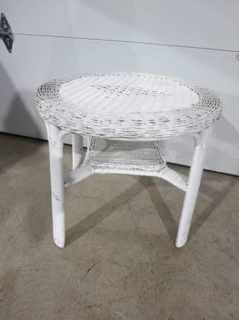 Photo White Wicker Round Table - $75 (Grand Island)