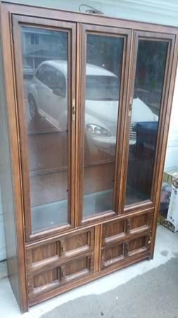 Photo Mid century Bassett solid wood China cabinet with glass shelves (Missoula)