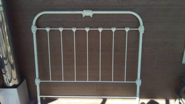 Photo antique iron enamel headboard - $45 (butte, dillon)