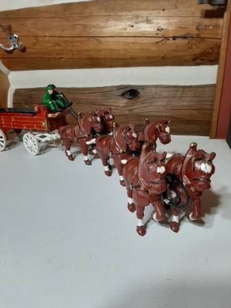 Photo sale pending Cast iron toy Wagon and 6 or 8 horse clydesdale team - $20 (VICTOR)
