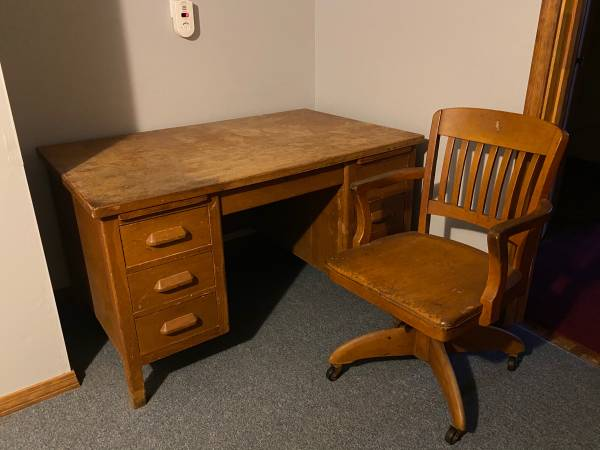 Photo MUST SELL Early 70s vintage desk with seven working drawers - $125 (Barnstable)