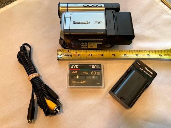 Photo Panasonic Digital Palmcorder PV-DV103D Mini DV Camcorder w2 battery - $94 (HINGHAM)