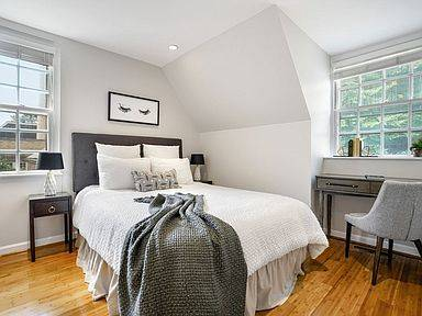 Photo There is a great flex space off the living room do not miss this home (Brookline, MA)