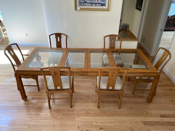 Photo Traditional Oak Dining Room Table and Chairs Set - $1,000 (Buzzards bay)