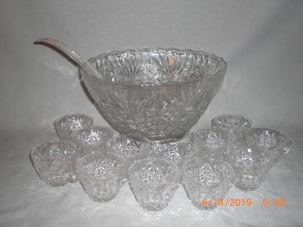 Photo ANCHOR HOCKING ARLINGTON PUNCH BOWL ON STAND 12 CUPS  LADLE - $10 (BENTON, ILLINOIS)
