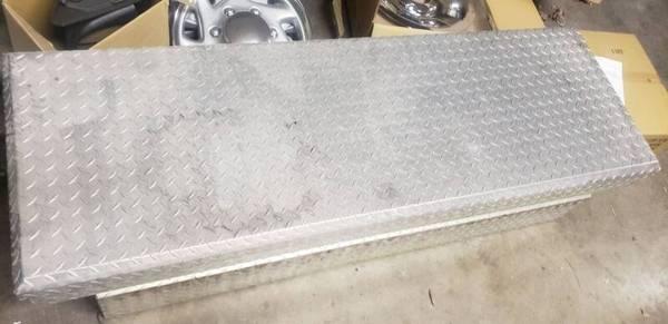 Photo DIAMOND PLATE TOOL BOX - $90 (HERRIN)