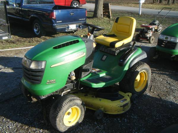 Photo JOHN DEER L130 TRACTOR MOWER 48 CUT VERY NICE HAD BEEN IN SIDE STORAGE - $750 (mulkeytown)