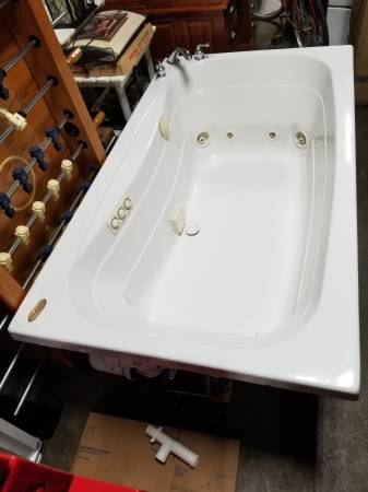 Photo Oversized White Jacuzzi Whirlpool 6 Ft. Drop in Tub - $650 (affton)