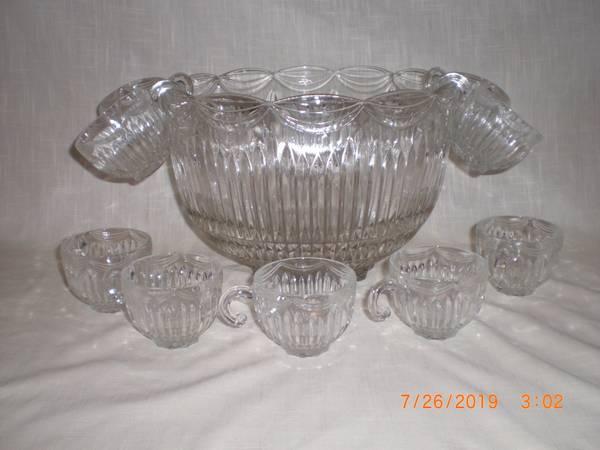 Photo VINTAGE PUNCH BOWL  9 CUPS - GREAT CENTERPIECE BOWL - $10 (BENTON, ILLINOIS)