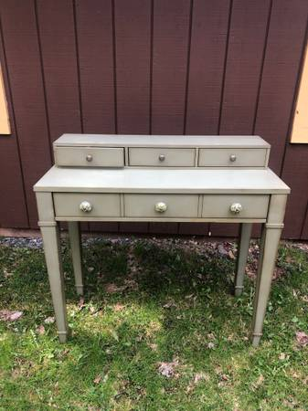 Photo Beautiful Distressed Desk World MArket - $150 (Andes)