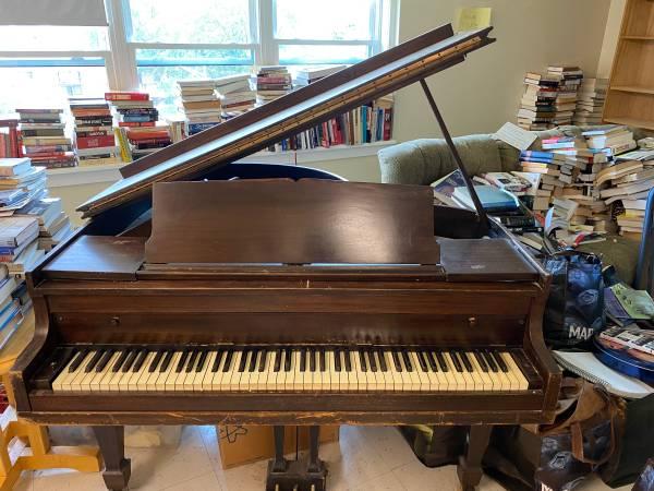 Photo FREE Baby Grand Piano (Saratoga Springs)