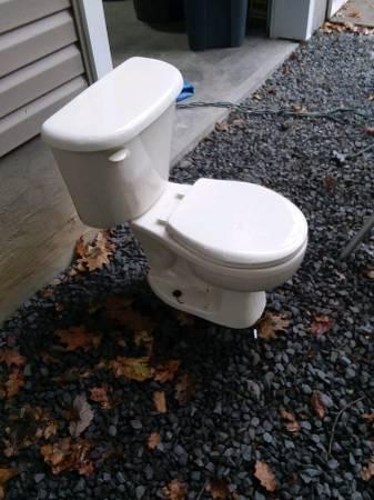 Photo FREE Beige American Standard Toilet (Milford)