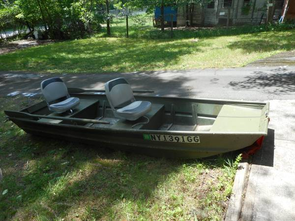 Selling: 10 Ft Aluminum Flat Bottom (Jon Boat) w/ 2 seats and oars