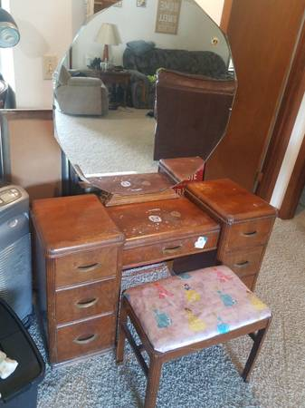 Photo Antique Smulekoff39s vanity w mirror - $70 (Central City)