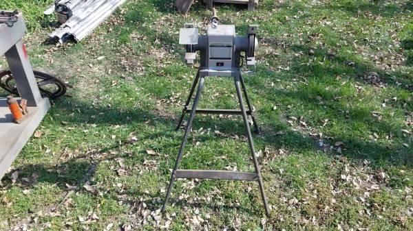 Photo Craftsman 12 hp 6 inch bench block grinder on stand - $70 (Springville)