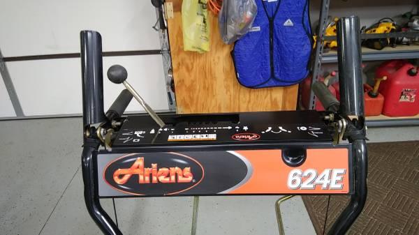 Photo Snow Blower 624 E Ariens - $1,000 (Tipton)