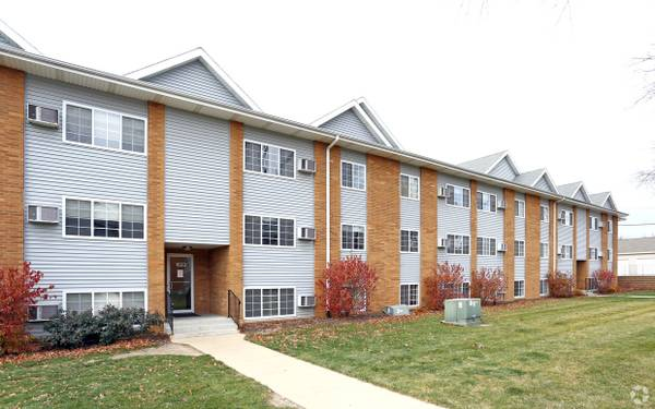 Photo Welcome $ummer, See the Green $100 off rent (12mo lease) (The Pointe at Cedar Rapids)