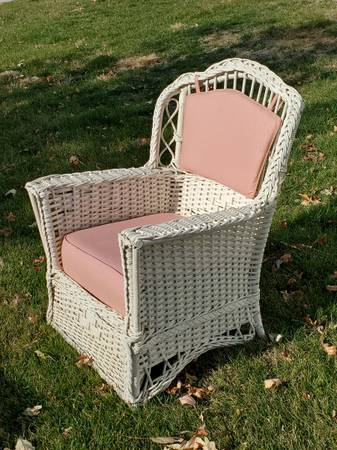 Photo White wicker chair with pads - $100 (Hiawatha)