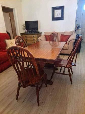 Photo Custom Made Solid Oak Dining Table  Chairs - $450 (Denham Springs, LA)