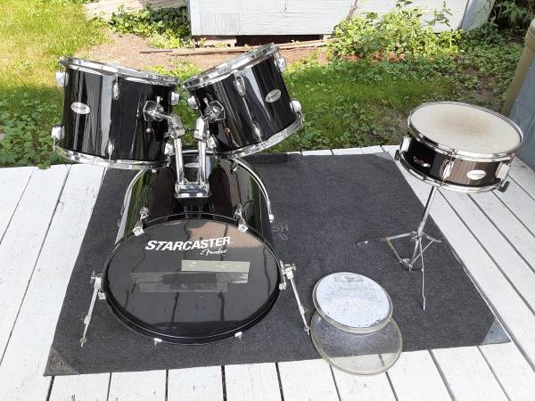 Photo Starcaster by Fender 3 drum kit with optional snare drum and stand - $30 (Bay City)
